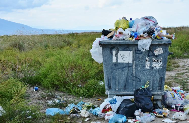 L'Assemblée interdit les contenants et les couverts en plastique